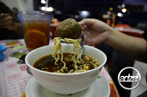 Makan Bakso Sedap Bebola Gergasi di Putatan Sabah 3