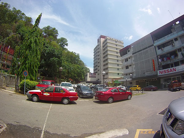 kawasan parking sebelah hotel
